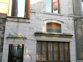 Maison dans le centre ville à restaurer totalement. Peut convenir pour kots, studios (à régulariser après travaux). Passag