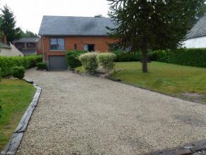 Villa situé à 5 minutes du SHAPE, Obourg sur la limite de Saint-Denis.Vaste parking et zone verte devant l'habitation. Cette villa se co