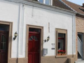 En recul de la voirie, belle petite maison une chambre comprenant : RDC : séjour, cuisine et salle de bain A l'étage : une belle chambre