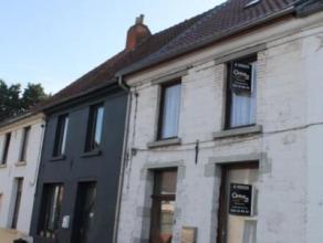 Belle maison 2 façades sur une petite place à Ciply. Au rez-de-chaussée beau séjour agrémenté de voûte