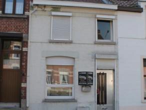 Belle petite maison mitoyenne à rénover. Rez-de-chaussée : hall d'entrée,salle à manger, salon, cuisine et salle de