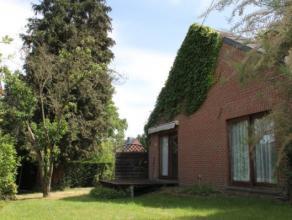 Belle Villa qui repose dans son écrin de verdure à labri des regards ! Un petit coin de paradis dans MONS ! Cette villa se compose : Au