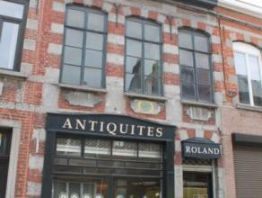 Charmante maison de commerce ou d'habitation à rénover avec beaux matériaux (pierre bleue, moulures, parquet ancien), en centre v