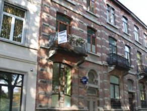 Très bel immeuble mixte de style maison de maitre situé sur lun des boulevards très prisé de Mons.  Pourvu de matér
