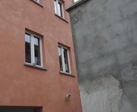 Maison contemporaine construction traditionnelle de type bel étage, implantée au centre ville comprenant au rez de chaussée, un h