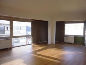 Très bel appartement lumineux à deux pas du centre au 3 ième étage avec ascenseur comprenant: hall d'entrée, living