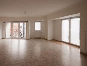 Superbe APPARTEMENT situé au 2nd étage composé comme suit : Hall, spacieux living, cuisine équipée, 2 chambres, sal