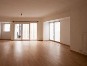 Superbe APPARTEMENT situé au 1er étage composé comme suit : Hall, spacieux living, cuisine équipée, 2 chambres, sal