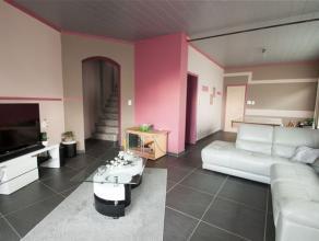 Jolie MAISON D'HABITATION entièrement rénovée (poss. commerce) se composant comme suit : Rez: living, salon, WC. 1er étage