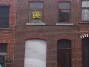 Maison 2 façades sise dans une rue calme à proximité des commerces, transports en communs et écoles. Le rez-de-chauss&eacu