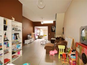 Spacieuse habitation semi-bourgeoise entièrement rénovée comprenant : hall d'entrée, spacieux living très lumineux
