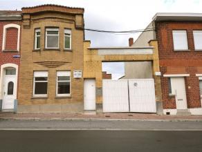 Spacieuse 3 façades avec entrepôt de +/- 300 m² comprenant : hall d'entrée escalier apparent, vaste living traversant de +/-