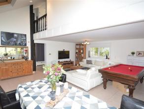 Vaste habitation entièrement rénovée récemment & comprenant : hall d'entrée, dressing, toilettes, bureau et gra