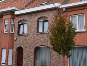 Spacieuse habitation avec jardin dans rue calme & agréable à 2' du Centre ville offrant : hall d'entrée, beau séjour s