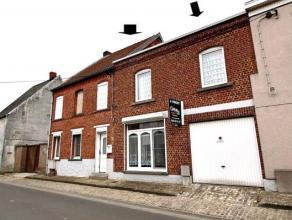 Grande double maison de rangée située dans le centre , dans une rue calme. Au rez, vous retrouverez un salon ainsi qu'une salle à