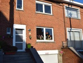 Idéalement située charmante maison 3 façades avec jardin et garage. Comprenant : Hall d'entrée avec wc, living, cuisine &e