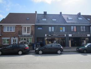 Ruim en goed gelegen duplex appartement met mooi zonne terras.<br /> Glv: ruime inkom met trap<br /> 1eV: overloop - ruime living - eetplaats - open k