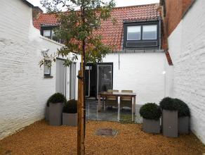 Prachtig gerenoveerde woning met oog voor authentieke materialen. <br /> Brede living met schouw, open geïnstalleerde keuken voorzien van alle to