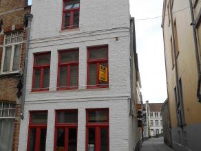 Gerenoveerde woning gelegen nabij de Burg.<br /> inkom, toilet; living, geïnstalleerde keuken, berging.<br /> Op de bovenverdieping hebben we een
