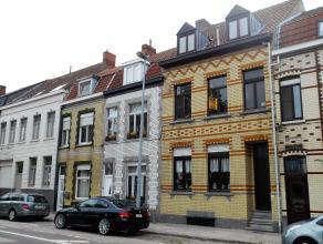 Deze instapklare woning met zonnige tuin en gelegen aan de Damse Vaart werd perfect onderhouden.  De hoge plafonds bij het binnenkomen van de woning d