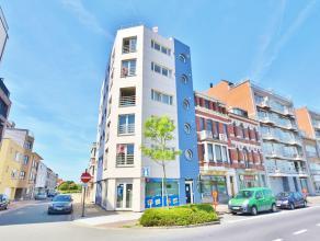 Dit appartement situeert zich in het centrum van Zeebrugge, kijkt uit op de haven, en geniet zijdelings zeezicht. Het omvat 3 slaapkamers, badkamer, n