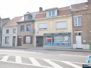 Ruim handelsgelijkvloers op top ligging in het hartje van Sint-Andries. Het pand omvat handelsgedeelte van 80m², ruime etalage en sanitair gedeel