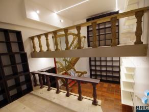 Handelsruimte gelegen in Galerij Ter Steeghere. Dicht bij de Burg te Brugge.Handelsruimte met tussenverdiep, kitchenette en kelder. Huurprijs  500+  s
