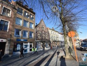 """Lichtrijk appartement met zicht op het """"Zand"""" van Brugge. Omvattende inkom, gastentoilet, lichtrijke woonkamer met prachtig zicht op de Brugse torens,"""