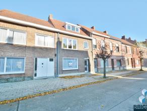 Lichtrijke woning in het centrum van Sint-Andries. Omvattende inkom, woonkamer, veranda, nieuwe ingerichte keuken, berging en toilet. Het eerste verdi