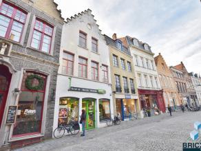 Handelshuis op toplocatie in het centrum van Brugge bestaande uit handelsgelijkvloers van 496m2 - volwaardige kelder - mogelijkheid tot wonen boven de