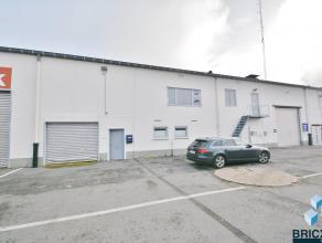 Ruim magazijn met 3 kantoorruimtes en loods van 420 m² voorzien van een poort en vernieuwde verwarming. Gelegen op centrale ligging nabij E403 en