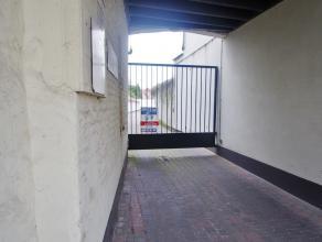 De garagebox bevindt zich nabij het historische centrum van Brugge en op wandelafstand  van de vestingen in Brugge. De oppervlakte van de garage bedra