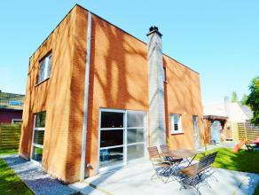 Verzorgde open bebouwing met 3 slaapkamers en zonnige tuin midden het groen. Vlakbij invalswegen en winkels in Hertsberge . Bestaande uit: inkom met t