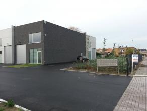 Een moderne loods/opslagruimte met oppervlakte van 90² en een afzonderlijke ruimte met toilet en lavabo. Het gebouw heeft alle voorzieningen (wat