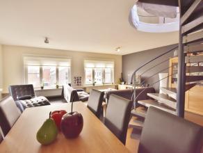 KNAP ingedeelde duplex, met LOFT allures inkomhal met gasten wc, luchtige en ruime living met open ingerichte keuken, voorzien van wasplaats/berging.