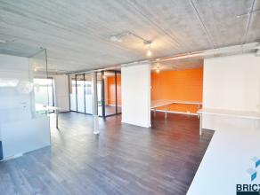 Ruime recente kantoorruimte met woonst en voldoende parking. Het gelijkvloers omvat een kantoorruimte van 120 m², berging en toilet. Het eerste v