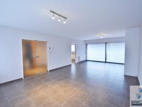 Vernieuwd 3 slaapkamers appartement nabij het centrum van Brugge. Het appartement omvat inkomhal, gastentoilet, ruime woonkamer, terras,  keuken, berg