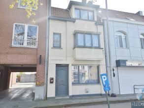 Deze woning is gelegen in het commercieel centrum van Sint-Kruis<br /> en bestaat uit een ruime gang, een woonkamer met veel lichtinval en zicht op ge