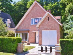 Deze open bebouwing is gelegen vlakbij het hart van Sint-Andries...<br /> Zij bestaat uit een gang, living in L-vorm met zicht op de tuin, afzonderlij