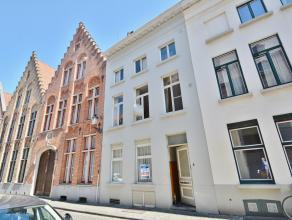 Ruime één slaapkamers appartement in het hartje van Brugge. Omvattende inkom, woonkamer, berging, keuken, zonnig terras, buiten berging,