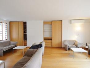 Uniek, ruim appartement op de 2 de verdieping in het hartje van Brugge, met achteraan het gebouw staanplaats.<br /> Dit appartement bestaande uit inko