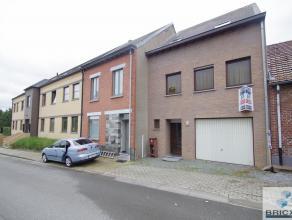 Goed onderhouden en recent vernieuwde woning met 4 slaapkamers, garage en zonnige tuin. Bestaande uit: Inkom met gastentoilet, woon en leefruimte met