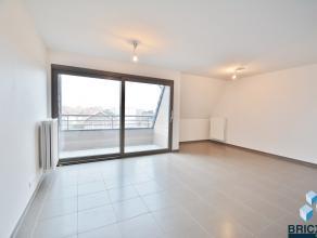 Een goed gelegen nieuwbouwappartement nabij het centrum van Brugge. Indeling: inkomhal, gastentoilet, open ingerichte keuken voorzien van alle toestel