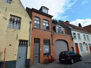 Deze stadswoning op 500 m van de markt van Brugge omvat op het gelijkvloers uit een berging, badkamer bestaande uit bad, lavabo en toilet, slaapkamer.