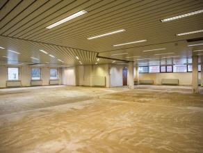 Kantoren (393m²) op de eerste verdieping, op een schitterende ligging die bereikbaarheid met zichtbaarheid combineert. <br /> <br /> Bushalte in