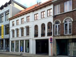 In een standingvol en kleinschalig nieuwbouwproject bevindt zich een handelsgelijkvloers van 92,3 m². De handelsruimte met private kelder wordt d