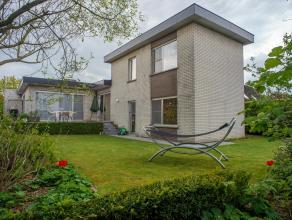 Op een grondoppervlakte van +/- 571 m² vinden we deze open bebouwing met drie slaapkamer te koop, gelegen in een rustige verkaveling op een uitst
