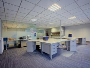 Goed gelegen kantoorruimte (ca. 160m²) op Kristus Koning te Brugge.<br /> <br /> INDELING:<br /> Gelijkvloers (ca. 160m²) bestaande uit rece