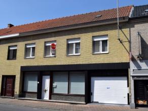 Dit huis te koop in Ooigem met een bewoonbare oppervlakte van ca. 225m² bevat heel wat mogelijkheden. De woning beschikt over een ruime, lichtrij