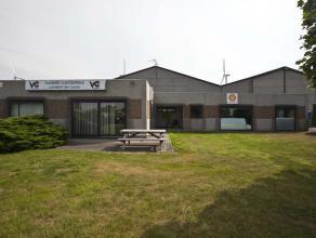 Bedrijfsgebouw (300m²) op zichtligging langs de Pathoekeweg.<br /> <br /> Indeling: <br /> - Rechtse unit: landschapsbureel of showroom;<br />